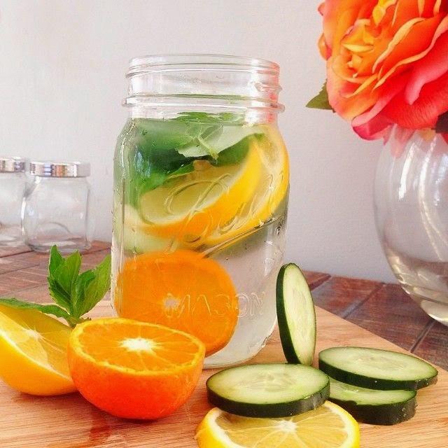 Detox water giảm cân với nước cam, dưa chuột, lá bạc hà