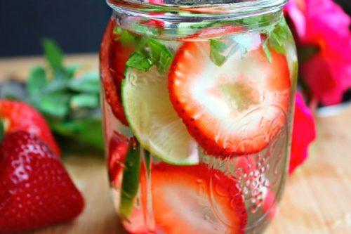 Nước detox giảm cân bằng dứa và dâu tây
